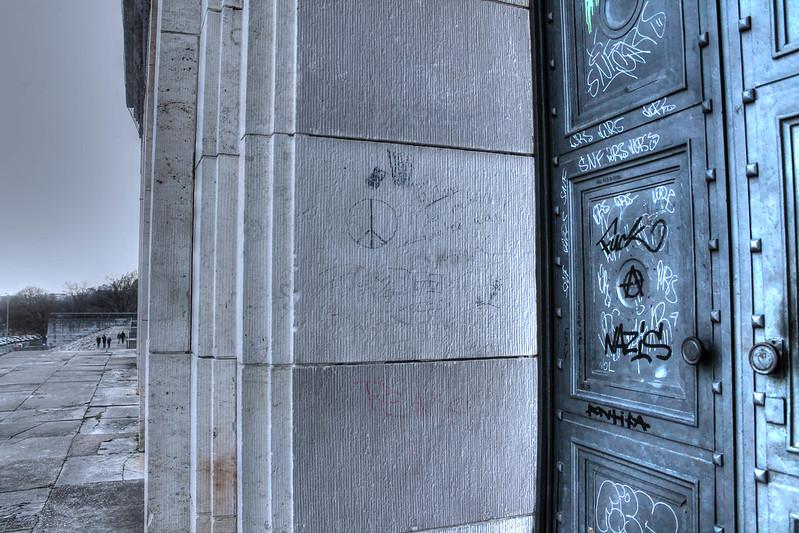 Graffitis sur la porte du Zeppelinfield