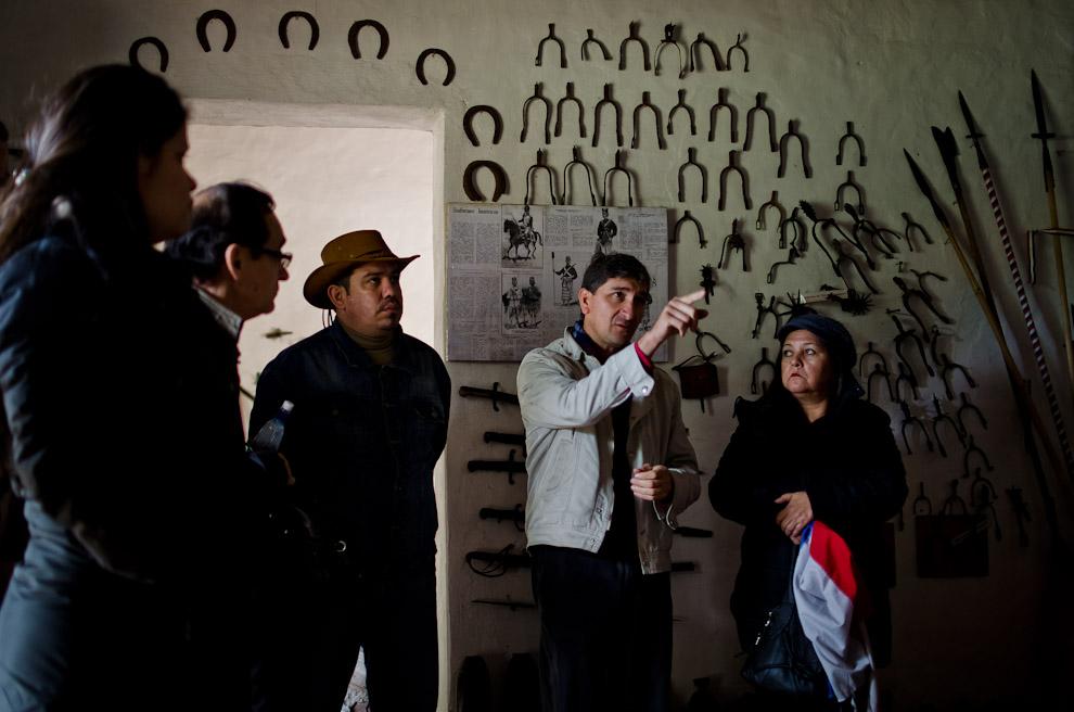 Vicente García, un dedicado señor que a través de los años ha recuperado cientos de objetos pertenecientes a la época de las batallas de la Guerra de la Triple Alianza, así como los artículos de guerra y de hogares que formaron parte de dichos tiempos. Su museo está disponible para visitas y el acceso es gratuito. (Elton Núñez)