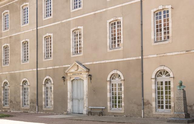 Ancien hôpital (1768 - 1770) des Charitains, Ébreuil (Allier, France)