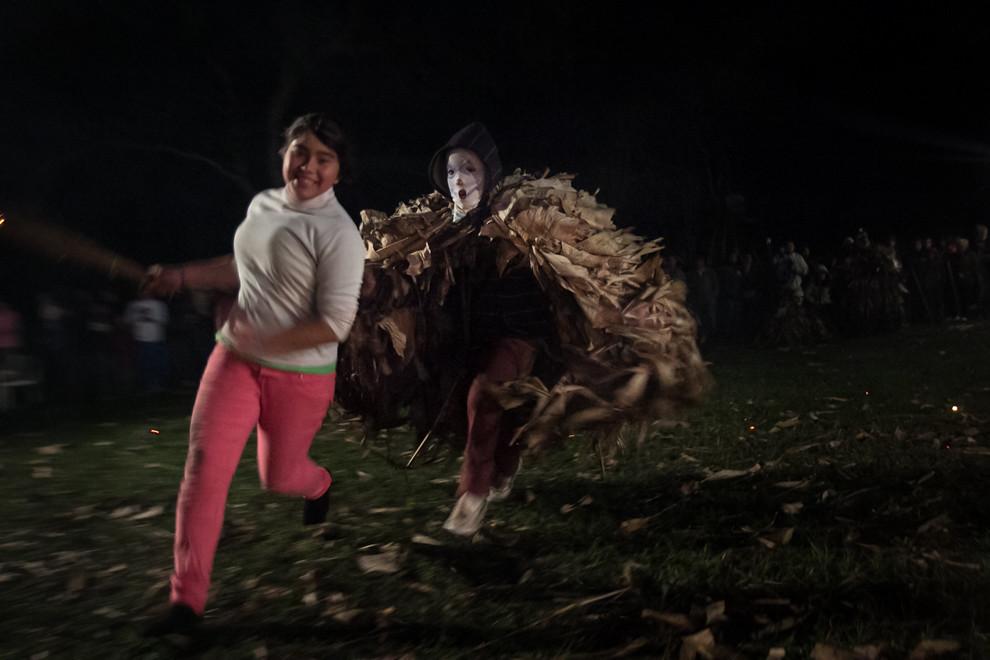 Los guaicurúes salen al centro del patio donde las mujeres se protegen cerca del fuego y las persiguen, durante esta tradición que se realiza todos los años en Altos y Emboscada. (Tetsu Espósito)
