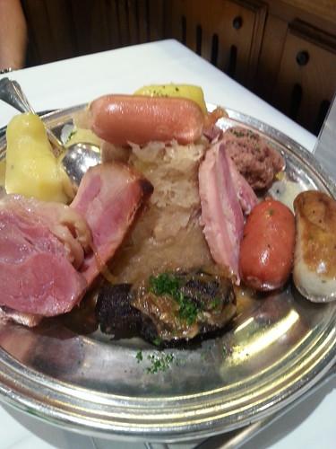 Alsace ruokaa: choucroute garnie eli hapankaalia