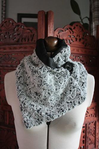 Fourrure à roses gris-noires, doublure satin de coton (et un petit peu de synthétique)
