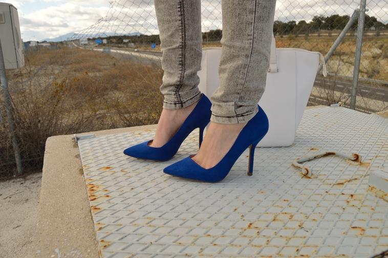 lara-vazquez-madlula-details-heels-blue-outfit
