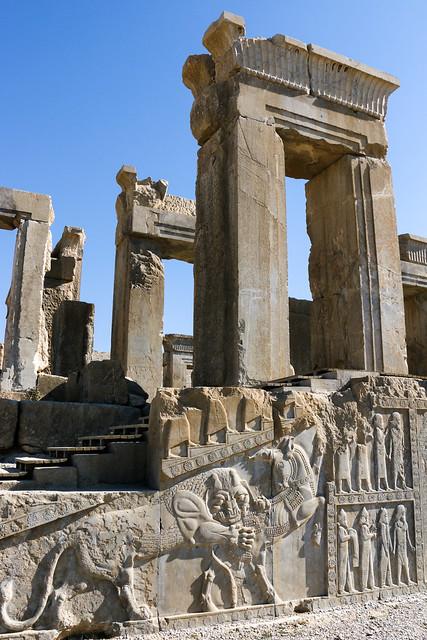 Tachara Palace and lion relief in Persepolis, Iran ペルセポリス遺跡、タチャラ(ダレイオス1世の宮殿/冬の宮殿)