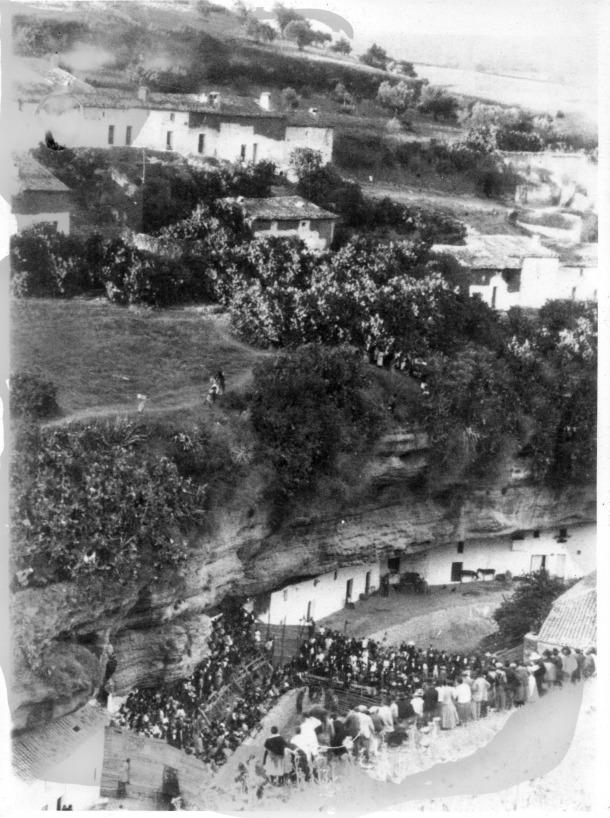 Improvisada plaza de toros en el río, en las Cuevas del Sol. En la imagen se aprecian los dos niveles de las calles en Setenil, con el Cerrillo plagado de chumberas. Desconocemos la autoría de esta foto.