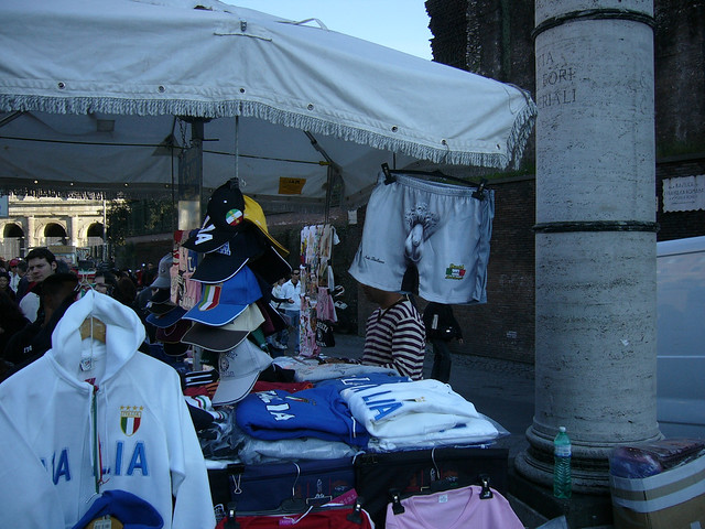 """ROMA ARCHEOLOGIA e BENI CULTURALI: Roma in rivolta - """"La chiusura del Colosseo un grave danno alla citta`"""", IL MESSAGGERO (22/06/2013), p. 53. [Foto: Via dei Fori imperiali (03/2008) o """"Via dei Latrina Imperiale?, i residenti Rione Monti"""" (01/2011)]."""