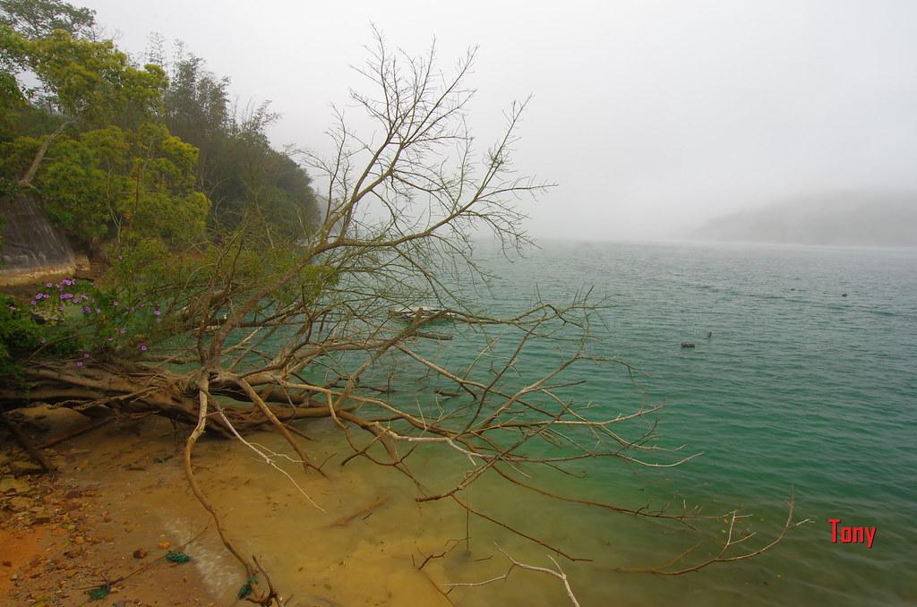 霧茫茫的日月潭也是很美的