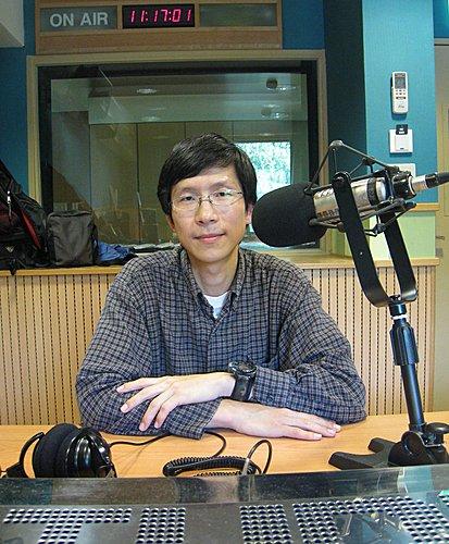姜博仁博士除了追尋台灣雲豹多年,也是專業的野地錄音師,他記錄野生動物的聲音,為保育、研究工作提供了另一種面向。圖為姜博仁接受「自然筆記」節目專訪。圖片提供:范欽慧。