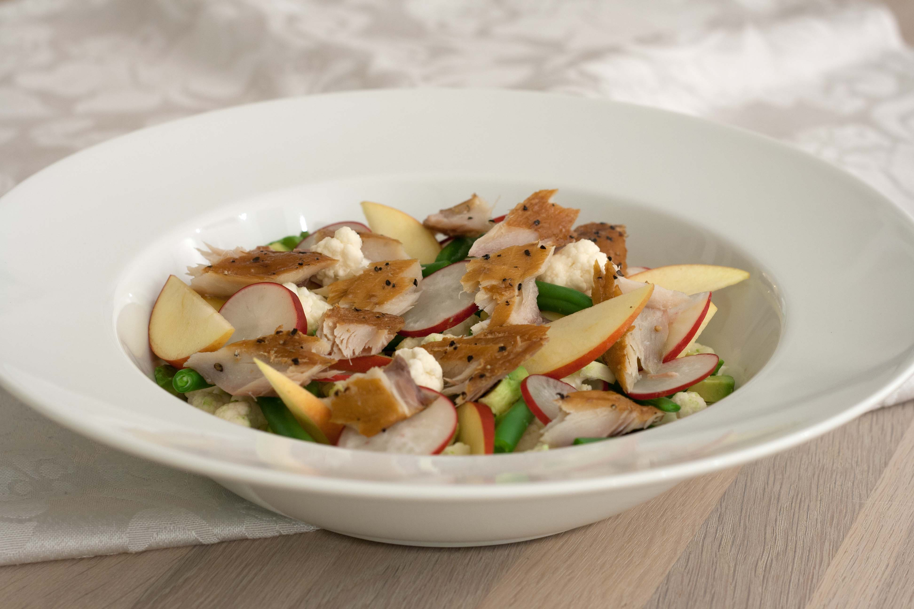Sprød og farverig salat med varmrøget makrel