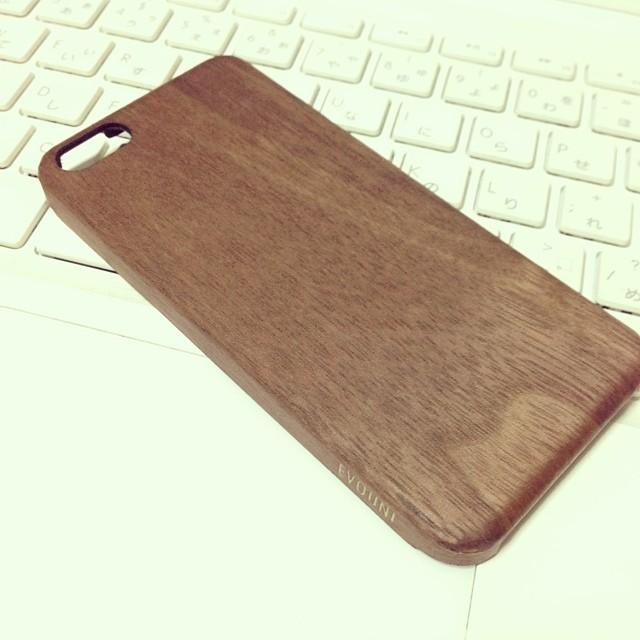 iPhoneケースが破損したので、アシストオンの木製ケースにしてみた。手ざわりが最高。質感のせいか、プラ製よりも軽く感じる。 なかなかですな。