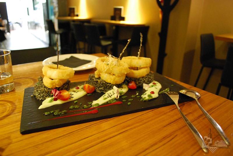 Calamares fritos con arroz negro
