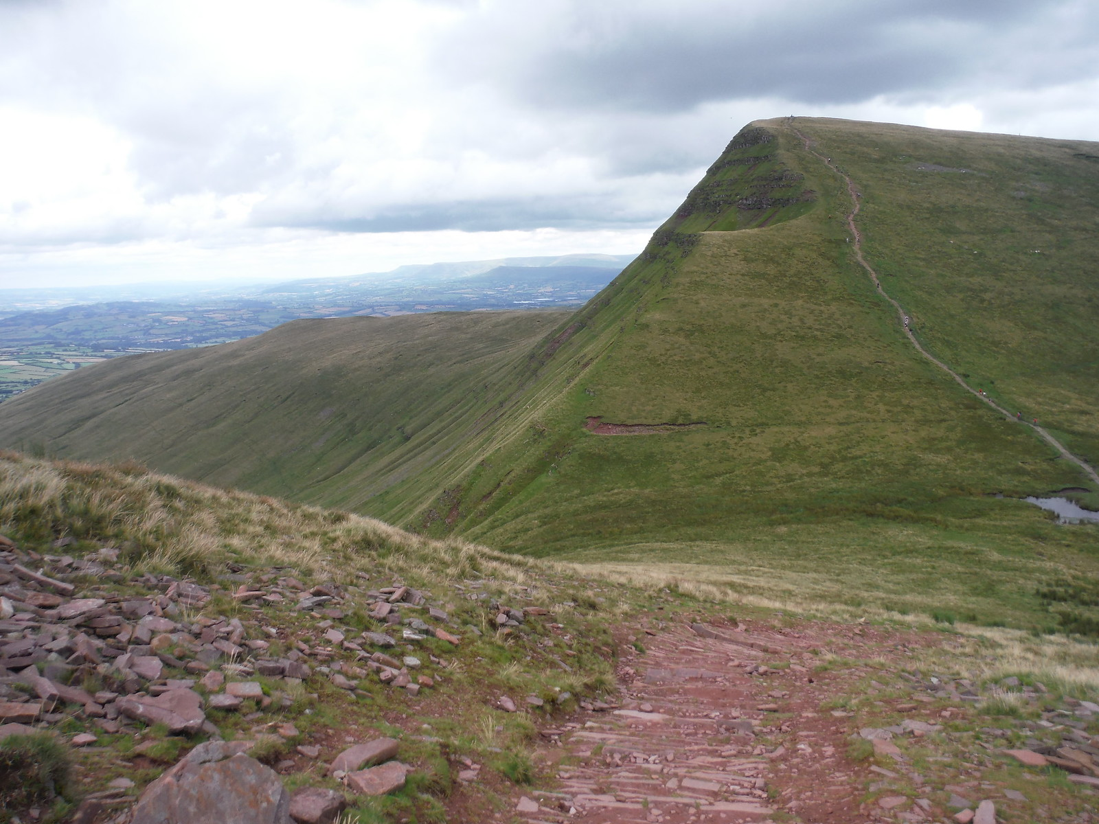 Descent from Pen y Fan down Craig Cwm Sere to Cribyn SWC Walk 278 Breacon Beacons Horseshoe - Bannau Brycheiniog