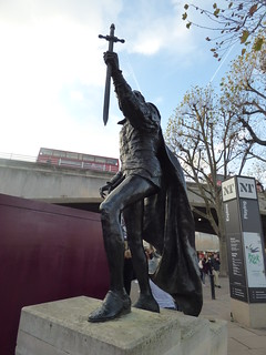Immagine di National Theatre. southbank londonboroughoflambeth londonboroughofsouthwark bankside london greaterlondon england unitedkingdom greatbritain thequeenswalk nationaltheatre statue bronze bronzestatue laurenceolivier angelaconner waterloobridge bus buses londonbus redbus hamlet shakespeare southbankcentre