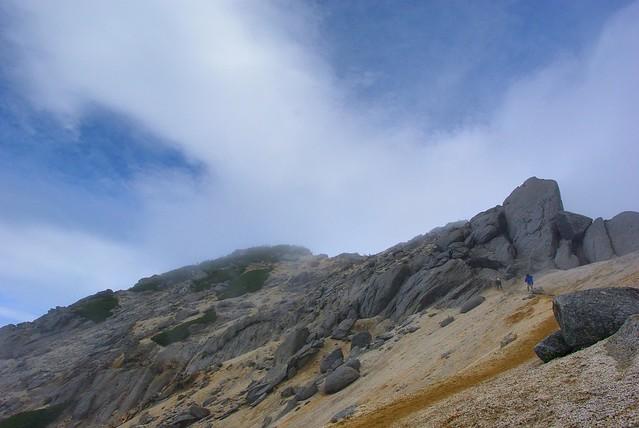 雲の隙間から見える甲斐駒ケ岳山頂