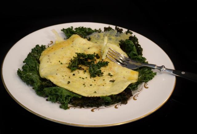 egg omlette with kale chips