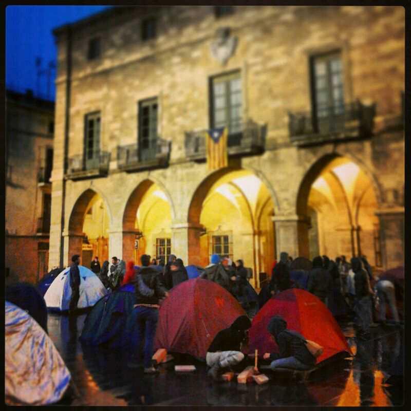 L'Ateneu la Sèquia acampa a la Plaça Major de Manresa per fer pressió davant el judici del 22N
