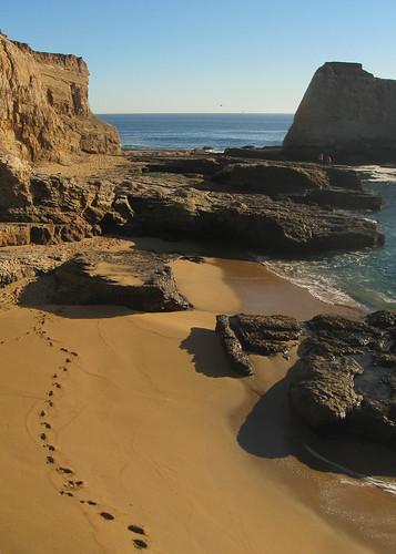 ocean california sea santacruz beach water canon landscape sand rocks pacific aerialview aerial cliffs footsteps kap kalifornia aerialphotography kiteaerialphotography woda skały morze plaża piasek krajobraz klify morski ślady pejzaż a590 pacyfik odciski zlotuptaka
