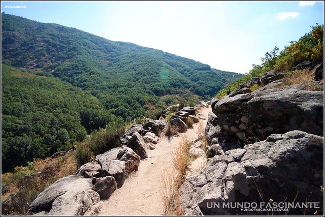 Senda muy estrecha y en las alturas de la ruta a Los Pilones