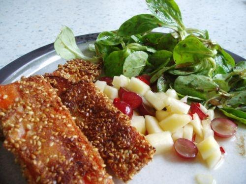 Sesam-Möhren auf Feldsalat mit Trauben-Apfel-Salsa