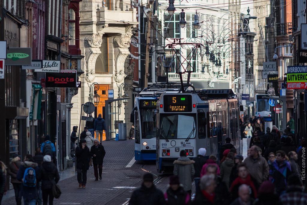 Улица в Амстердаме с трамваями
