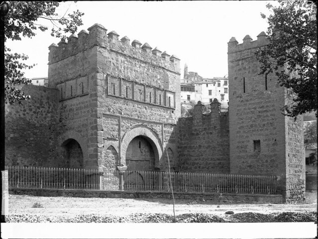 Puerta Vieja de Bisagra a comienzos del siglo XX. Fotografía de J. Lacoste © MECD, Fototeca del IPCE, signatura VN-22695_P