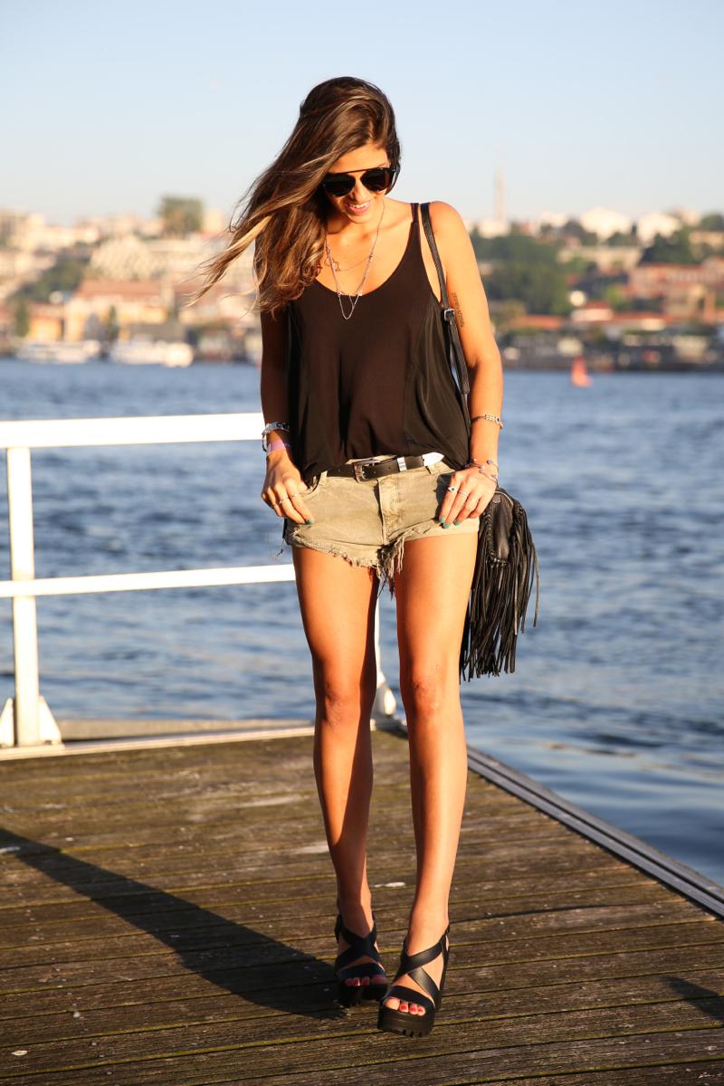 trendy_taste-look-outfit-street_style-ootd-blog-blogger-fashion_spain-moda_españa-salsa_jeans-dior_gafas-bolso_flecos-fringes_bag-khaki_shorts-shorts_caqui-grey_tee-camiseta_gris-verano-porto-portugal-9