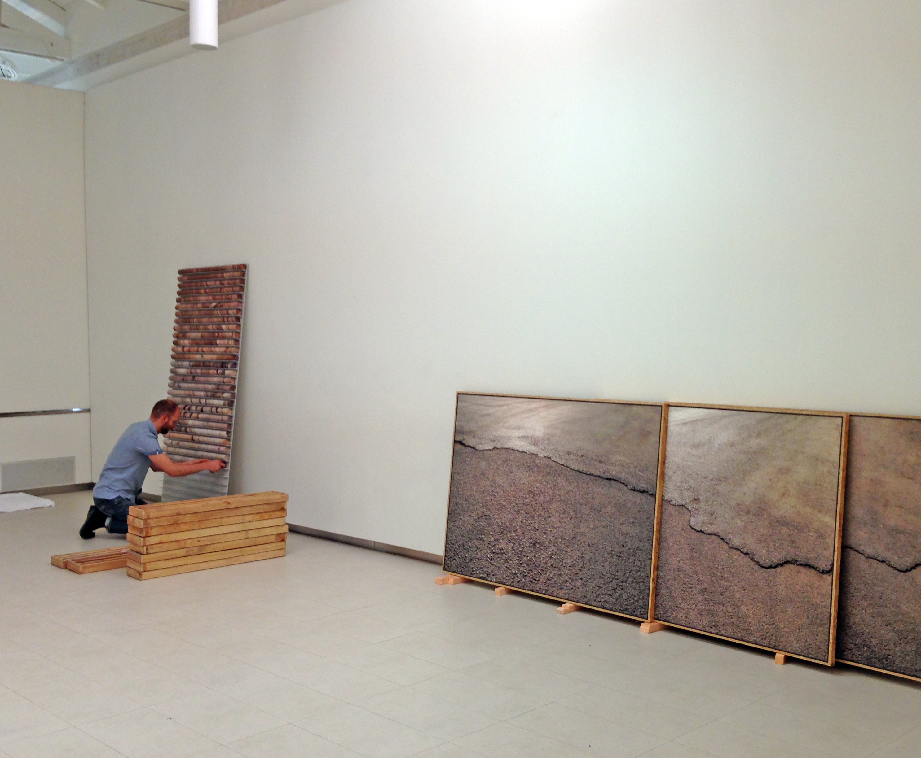 Montaje de la exposición UNCUT de Carlos Irijalba _ Fundación Cerezales