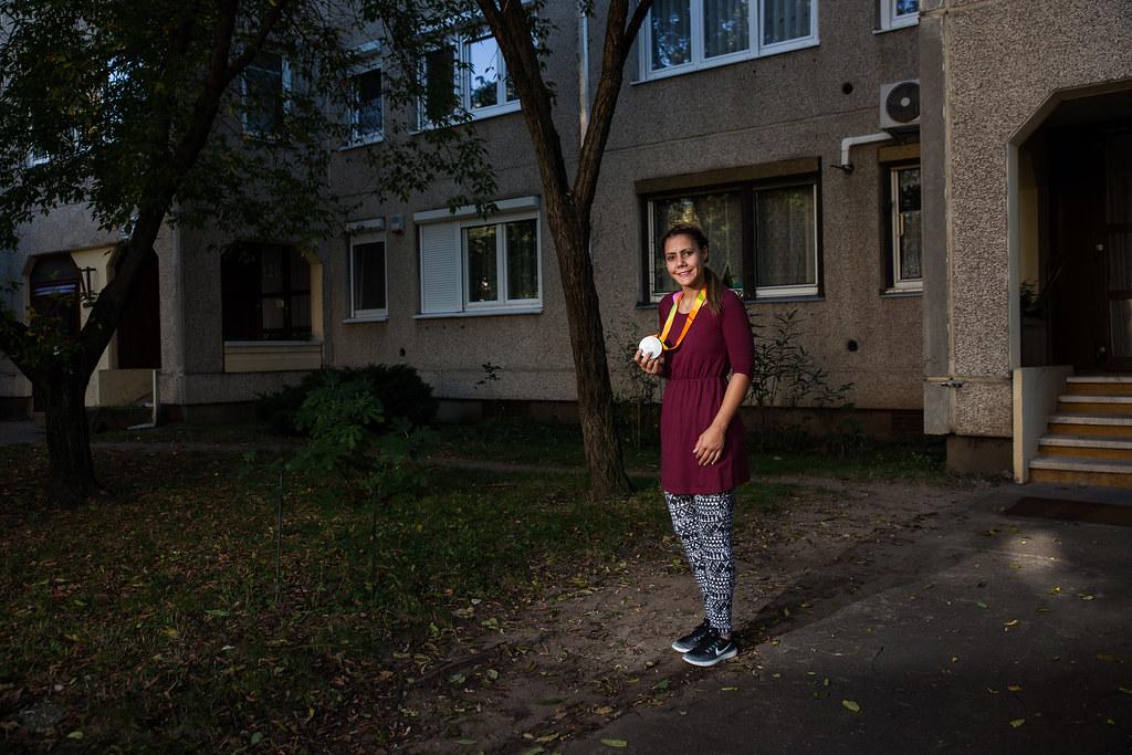Hajmási Éva vívó, aki tőr csapatban ezüstérmet szerzett, budapesti otthona közelében, Rákoskereszttúron | Fotó: Magócsi Márton