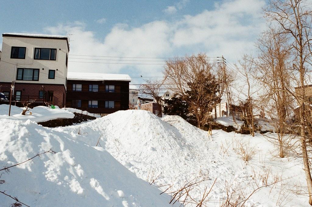小樽 Otaru, Japan / Kodak ColorPlus / Nikon FM2 遠方有一個人,站在小坡上,一開始覺得她有點刻意停格,才發現原來後面有一個攝影師在拍照。  喔,哀!真是令人羨慕!  我也好想拍背景是雪的人像攝影!  Nikon FM2 Nikon AI AF Nikkor 35mm F/2D Kodak ColorPlus ISO200 8268-0036 2016/02/02 Photo by Toomore