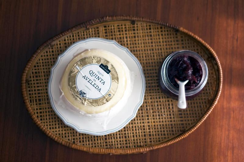 Rolinhos de compota de cebola roxa, alecrim e queijo