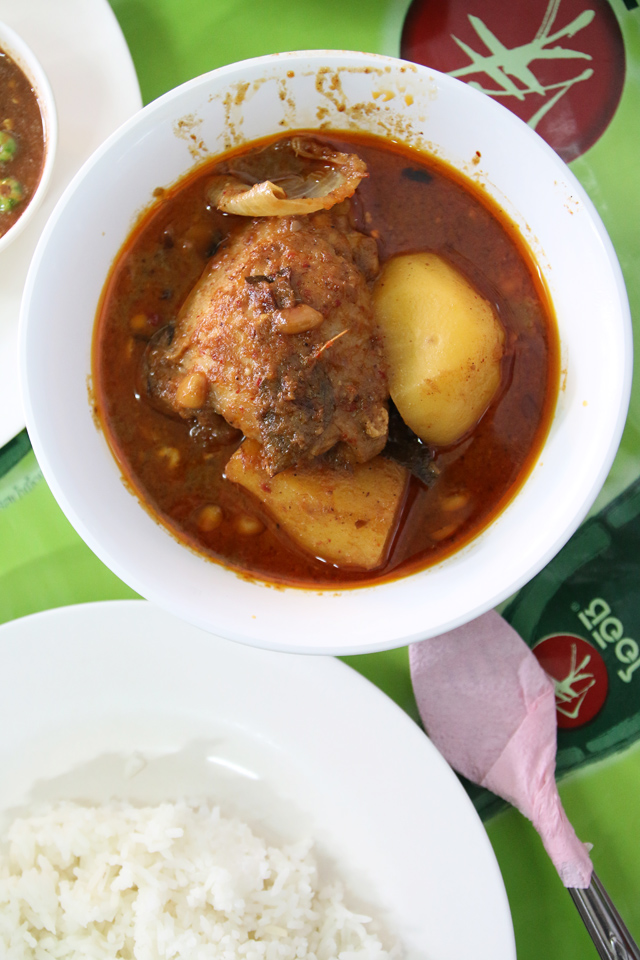 Massaman gai (มัสมั่นไก่ chicken massaman curry)