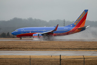 N424WN Souuthwest Airlines Boeing 737-7H4 landing at BNA in the rain.