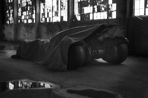 140513(2) - 2016年DC英雄電影《Batman vs. Superman》(超人 vs. 蝙蝠俠)首張「蝙蝠車」(Batmobile)巨幅照片今天出爐、追加正反派情報! 1