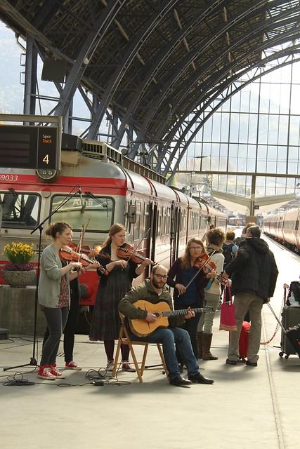 Audhilds spelar på togstasjonen. Foto: Mari S. Lysne