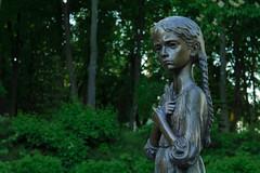 Памятник жертвам голодомора Девочка поясной портрет
