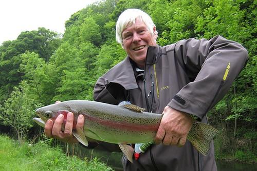 Charles met een regenboog forel uit de rivier Wye