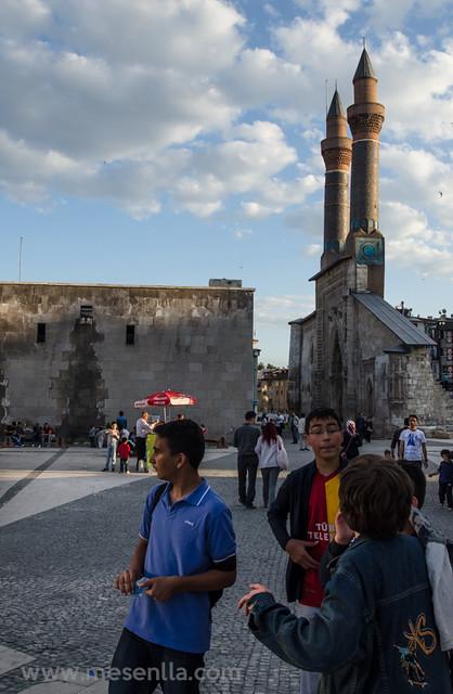 Niños_turcos_en_la_plaza_en_Sivas
