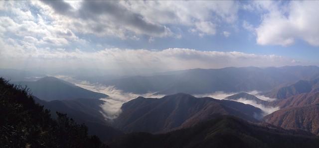 冠山頂上から眺める徳山湖