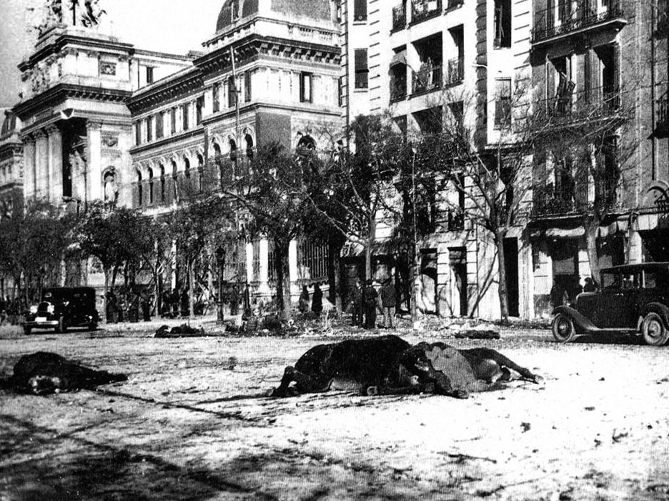 1. Zona de Atocha y caballos muertos después de un bombardeo. Autor, Druidabruxux