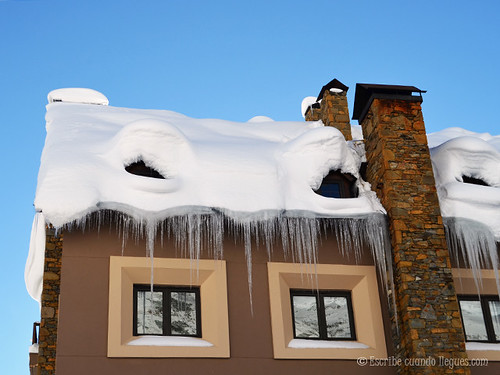 Típico tejado de un hotel de Baqueira Beret durante el invierno