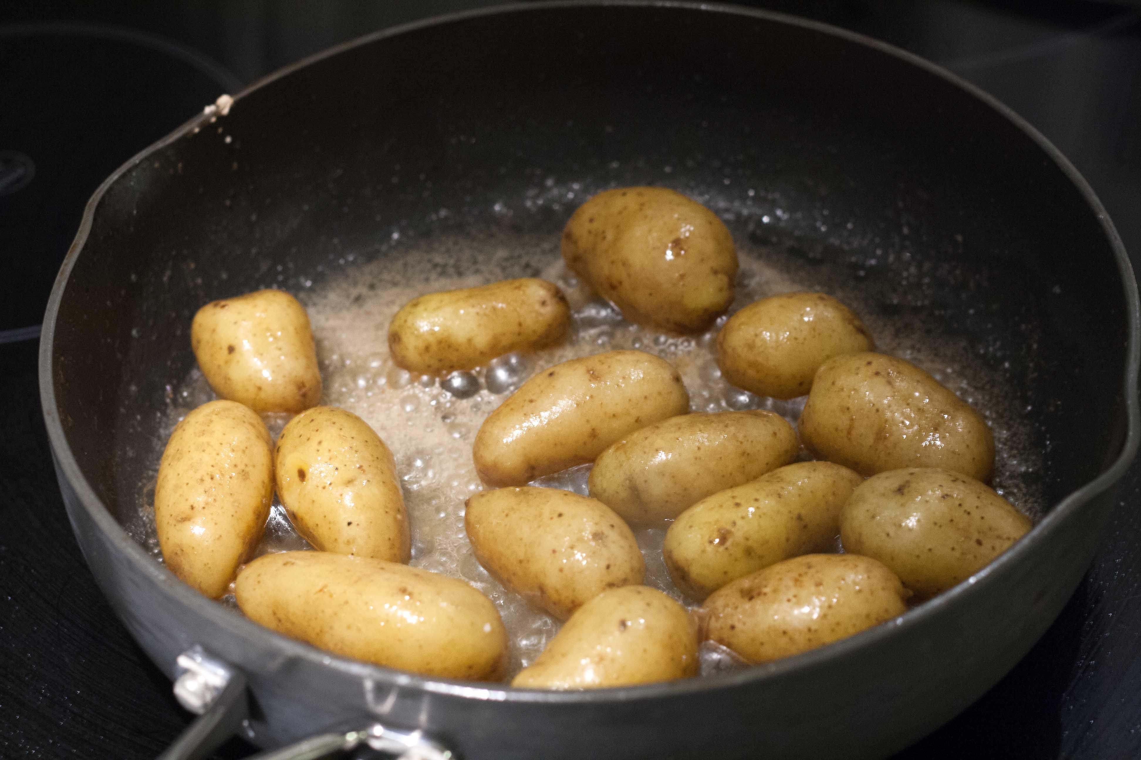 Opskrift på Andebryst med smørstegte kartofler & grønkålssalat