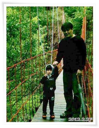 120227-父子一起走吊橋