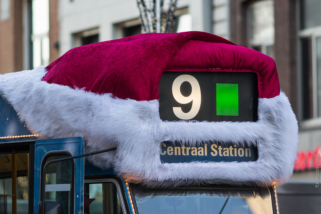 Шапка деда Мороза на трамвае в Амстердаме