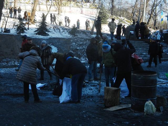 Уборка на Майдане - сплошная самоорганизация