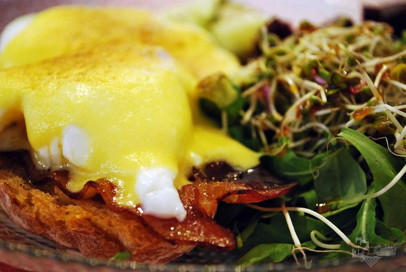 Detalle huevos y ensalada