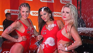 Leslie Shaw, Paula Ávila y Fiorella Alzamora en Sexy Car Wash nocturno