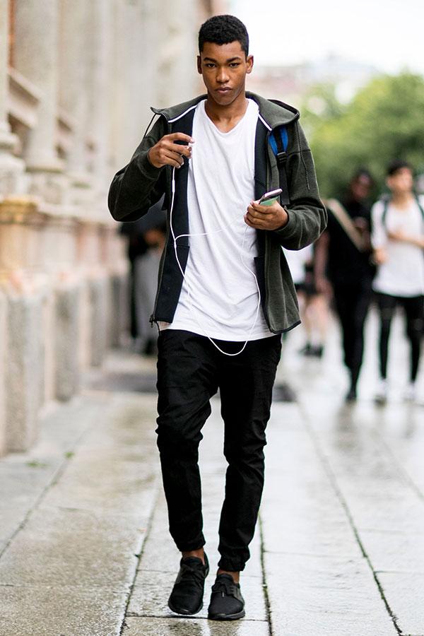 グレージップアップパーカー×白Tシャツ×黒パンツ×黒スニーカー