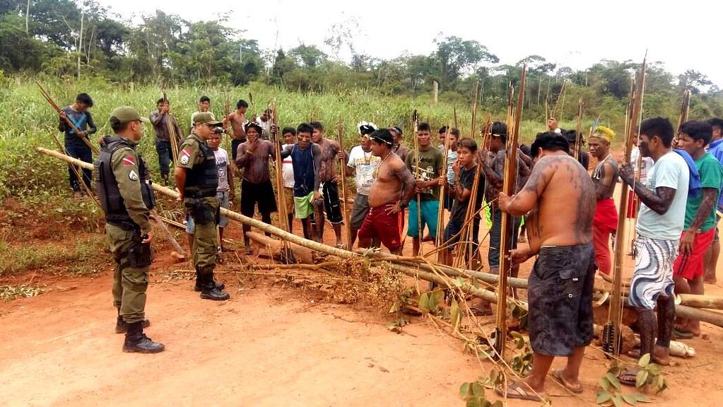 Madeireiros invadem terra indígena em Uruará, próximo à Transamazônica , bloqueio parcial dos indígenas