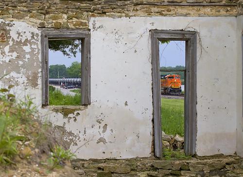 bnsf bnsfrailway bnsfsd70ace crude crudetrain trempealeauwi mississippiriver river oldbuilding melchoirbrewery melchoirhotelandbrewery railroad trains bnsf9208