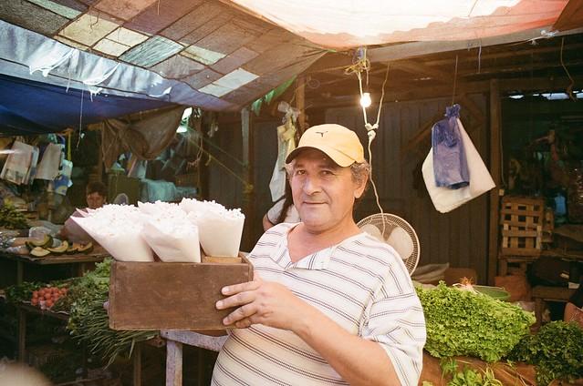 """Retrato de un vendedor de """"pororó"""" en el mercado 4 de Asunción, Paraguay"""